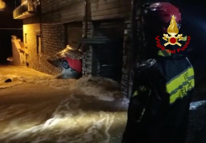 Bitti - Gli effetti dell'inondazione sulle saracinesce di un garage